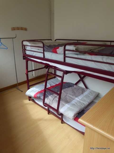chambre n° 2 équipée d'un lit superposé.