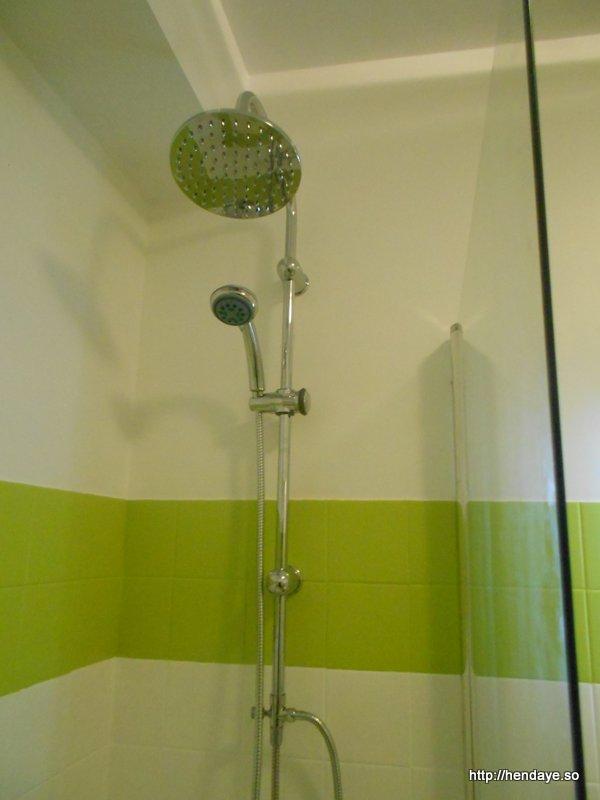 Vue de la colonne de douche de la baignoire