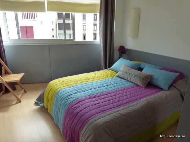 Chambre 1 avec un lit pour 2 personnes. Tables de chevets + lampes