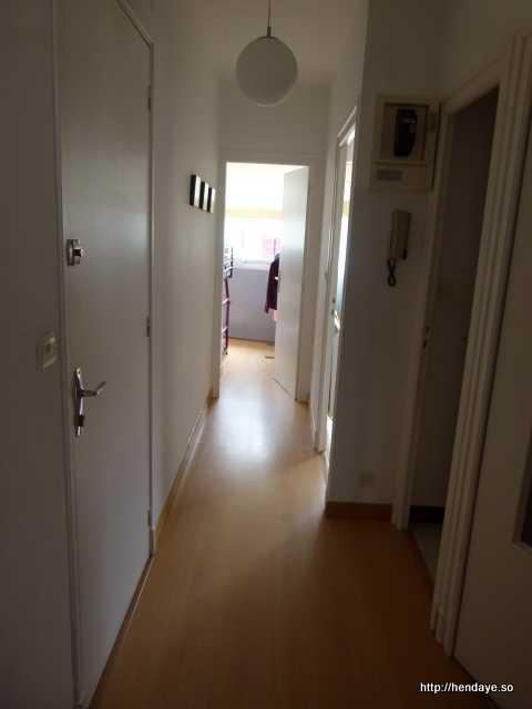 Vue du couloir prise depuis le salon.
