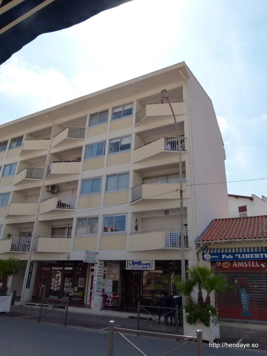 Vue exterieur de l'immeuble. Photo prise dans l'avenue des Mimosas